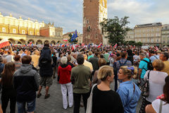 Μια άλλη ημέρα σε χιλιάδες της Κρακοβίας άνθρωποι διαμαρτύρεται ενάντια στην παραβίαση το συνταγματικό νόμο στην Πολωνία Στοκ φωτογραφία με δικαίωμα ελεύθερης χρήσης