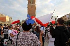 Μια άλλη ημέρα σε χιλιάδες της Κρακοβίας άνθρωποι διαμαρτύρεται ενάντια στην παραβίαση το συνταγματικό νόμο στην Πολωνία Στοκ εικόνες με δικαίωμα ελεύθερης χρήσης