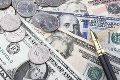 Μια άλλη ημέρα στο γραφείο (νομίσματα και τραπεζογραμμάτια Δολ ΗΠΑ) Στοκ Εικόνα