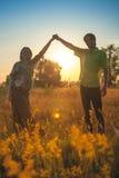 Μια έγκυος όμορφη γυναίκα με το σύζυγό της στο τοπίο φύσης που χαμογελά και σχετικά με την κοιλιά της με την αγάπη και την προσοχ Στοκ εικόνα με δικαίωμα ελεύθερης χρήσης