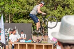 Μια έκθεση παρουσιάζει στο τετράγωνο κεντρικών πόλεων ενός bicyclist ακροβατών που αφιερώνεται στην ημέρα της νεολαίας Στοκ Εικόνα
