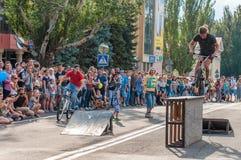 Μια έκθεση παρουσιάζει στο τετράγωνο κεντρικών πόλεων ενός bicyclist ακροβατών που αφιερώνεται στην ημέρα της νεολαίας Στοκ φωτογραφία με δικαίωμα ελεύθερης χρήσης