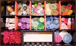 Μια δέσμη των ζωηρόχρωμων ράβοντας κουμπιών Στοκ εικόνα με δικαίωμα ελεύθερης χρήσης