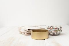 Μια δέσμη των παλαιών επιστολών, παλαιές εφημερίδες, δοχείο σιδήρου άσπρο σε ξύλινο Στοκ φωτογραφία με δικαίωμα ελεύθερης χρήσης