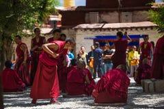 Μια δέσμη των συζητώντας θιβετιανών βουδιστικών μοναχών στο μοναστήρι ορών Στοκ Φωτογραφίες
