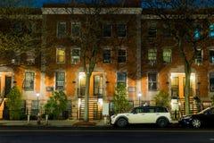 Μια ήρεμη και γαλήνια σκηνή νύχτας που παρουσιάζει κενή και ήρεμη οδό στη γειτονιά Harlem της πόλης της Νέας Υόρκης στοκ εικόνες