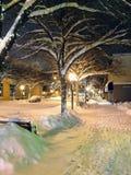 Μια ήρεμη χιονώδης νύχτα κατά μήκος των οδών στο κέντρο της πόλης Kamloops, Βρετανός στοκ εικόνα