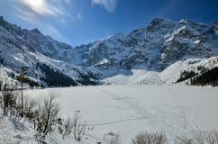 Μια λίμνη είναι σε μια κοιλάδα βουνών Στοκ φωτογραφίες με δικαίωμα ελεύθερης χρήσης