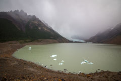 Μια λίμνη μεταξύ των βουνών και της ομίχλης Shevelev Στοκ Φωτογραφία