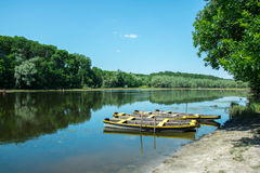 Μια λίμνη με τις ξύλινες βάρκες από την ακτή Στοκ Εικόνες