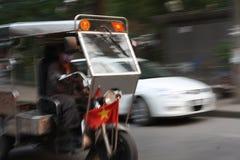 Μια δίτροχος χειράμαξα Tuk Tuk με την ταχύτητα στο Βιετνάμ Στοκ εικόνα με δικαίωμα ελεύθερης χρήσης