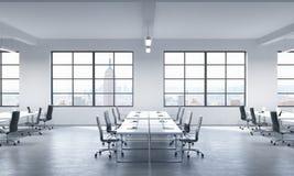 Μια αίθουσα συνδιαλέξεων ή εταιρικοί εργασιακοί χώροι που εξοπλίζεται από τα σύγχρονα lap-top σε ένα σύγχρονο πανοραμικό γραφείο  Στοκ Εικόνα