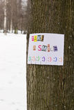 Μια αγγελία εγγράφου με τη φράση: Πάρτε ένα χαμόγελο και με τα σημάδια χαμόγελου Στοκ Φωτογραφίες