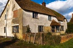 Μια αγγλική αγροικία μείωσης με το α η στέγη στοκ φωτογραφία με δικαίωμα ελεύθερης χρήσης