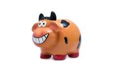 Μια αγελάδα χαμόγελου/μια τράπεζα Piggy η ανασκόπηση απομόνωσε το λευκό στοκ φωτογραφία με δικαίωμα ελεύθερης χρήσης