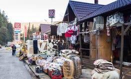 Μια αγορά αναμνηστικών ακρών του δρόμου που βρίσκεται όχι μακριά από την πόλη Brasov στη Ρουμανία Στοκ εικόνες με δικαίωμα ελεύθερης χρήσης