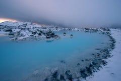 Μια αδιαφανής μπλε γεωθερμική λίμνη στην Ισλανδία Στοκ Φωτογραφία