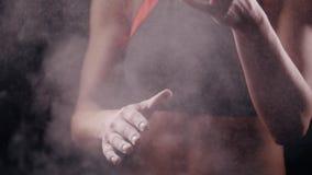 Μια αθλητική γυναίκα που χτυπά τα χέρια της με talc και που στέκεται στην πάλη θέτει απόθεμα βίντεο