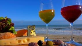 Μια ακτίνα της ηλιοφάνειας σε ένα ποτήρι του κρασιού φιλμ μικρού μήκους