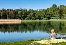 Μια αλιεία νέων κοριτσιών Στοκ εικόνες με δικαίωμα ελεύθερης χρήσης