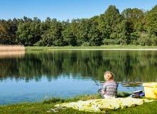 Μια αλιεία νέων κοριτσιών Στοκ φωτογραφία με δικαίωμα ελεύθερης χρήσης