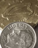 Μια αμερικανική δεκάρα πάνω από ένα νόμισμα στοκ φωτογραφία