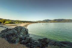 Μια αμμώδης παραλία σε ήρεμα ξημερώματα Στοκ Φωτογραφία