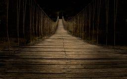 Μια ανατριχιαστική ξύλινη παλαιά γέφυρα στοκ εικόνα