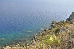 Μια αναλαμπή ενός απότομου βράχου θάλασσας Στοκ φωτογραφία με δικαίωμα ελεύθερης χρήσης