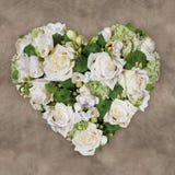 Μια ανθοδέσμη των άσπρων τριαντάφυλλων τακτοποίησε με μορφή μιας καρδιάς στοκ εικόνες