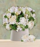 Μια ανθοδέσμη των άσπρων τριαντάφυλλων τακτοποίησε στο βάζο στοκ φωτογραφίες με δικαίωμα ελεύθερης χρήσης