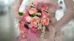 Μια ανθοδέσμη των τριαντάφυλλων και του κοράλλι-χρωματισμένου κοσμήμ απόθεμα βίντεο