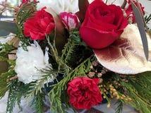 Μια ανθοδέσμη των τριαντάφυλλων, των κλαδίσκων χρυσάνθεμων και ψαροκόκκαλων για το νέα έτος και τα Χριστούγεννα Στοκ φωτογραφία με δικαίωμα ελεύθερης χρήσης