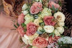 Μια ανθοδέσμη των τριαντάφυλλων λευκού και cappuccino στοκ εικόνες με δικαίωμα ελεύθερης χρήσης