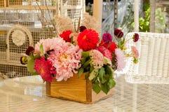 Μια ανθοδέσμη των διαφορετικών λουλουδιών σε ένα ξύλινο κιβώτιο Στοκ φωτογραφία με δικαίωμα ελεύθερης χρήσης
