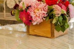 Μια ανθοδέσμη των διαφορετικών λουλουδιών σε ένα ξύλινο κιβώτιο Στοκ Εικόνα