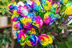 Μια ανθοδέσμη των πολύχρωμων τριαντάφυλλων floral πρότυπο καρδιών λουλουδιών απελευθέρωσης πεταλούδων κίτρινο Στοκ φωτογραφίες με δικαίωμα ελεύθερης χρήσης