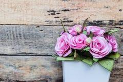 Μια ανθοδέσμη των ρόδινων τριαντάφυλλων στα δοχεία στοκ εικόνα