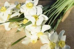 Μια ανθοδέσμη των daffodils βρίσκεται σε ένα ξύλινο υπόβαθρο Στοκ φωτογραφία με δικαίωμα ελεύθερης χρήσης