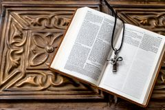 Μια ανοικτή Βίβλος με έναν σταυρό σε το στοκ εικόνες με δικαίωμα ελεύθερης χρήσης