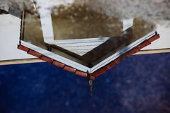 Μια αντανάκλαση της στέγης σπιτιών Στοκ εικόνες με δικαίωμα ελεύθερης χρήσης
