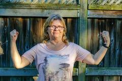 Μια ανώτερη γυναίκα υπερηφανεύεται και τη χαρά για την ύπαρξη ισχυρή και υγιής στοκ φωτογραφίες