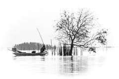 Μια απεικόνιση τέχνης του ψαρά στη λίμνη Στοκ φωτογραφία με δικαίωμα ελεύθερης χρήσης