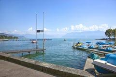 Μια αποβάθρα και μπλε καταμαράν στο λιμάνι κόλπων λιμνών της Γενεύης στη Λωζάνη Στοκ φωτογραφία με δικαίωμα ελεύθερης χρήσης