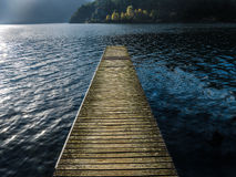 Μια αποβάθρα λιμνών Como - Ιταλία Στοκ φωτογραφία με δικαίωμα ελεύθερης χρήσης