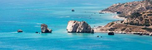 Μια απόμακρη άποψη στο τουριστικό αξιοθέατο βράχου Aphrodite στην ακτή της Κύπρου Στοκ Εικόνες