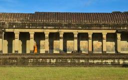 Μια απόμακρη πιθανότητα του βουδιστικού μοναχού σε Angkor Wat στοκ εικόνες με δικαίωμα ελεύθερης χρήσης