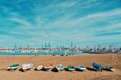 μια από τις αμμώδεις παραλίες πόλεων δίπλα στο λιμάνι και τη μαρίνα με τις πλέοντας βάρκες γιοτ που δένουν στο μικρούς κόλπο και  στοκ φωτογραφία