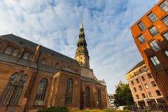 Μια από τις οδούς στη μεσαιωνική πόλη της παλαιάς Ρήγας Στοκ εικόνα με δικαίωμα ελεύθερης χρήσης