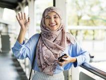 Μια αραβική γυναίκα που στέκεται μόνο υπαίθριο Στοκ φωτογραφίες με δικαίωμα ελεύθερης χρήσης